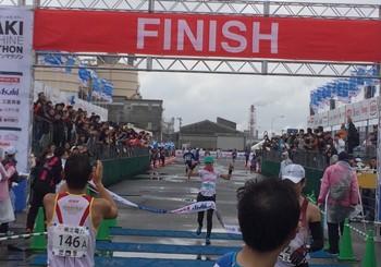 12:05 女子フルマラソン 女子1位フィニッシュです