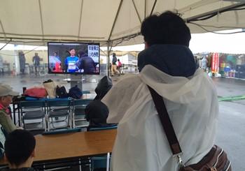 8:55 アクアマリンパーク 休憩テント内に設置された大型モニターで、 開会式をご覧になる皆さま