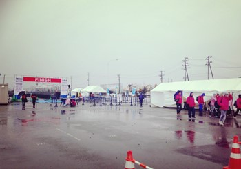7:25 フィニッシュ地点 雨が降り続いていますが、準備は着々と進んでいます!
