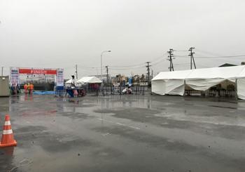 7:20 フィニッシュ地点 雨の中フィニッシュ地点の準備中!